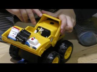 Маленькие машинки в тракторе - погрузчике