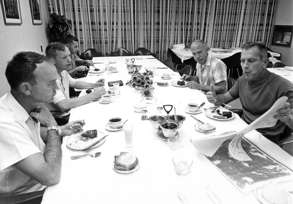 """10) Команда «Аполлона 11» и Дональд К. """"Deke"""" Слэйтон, просматривают карты, во время традиционного завтрака яичницей и стейком 16 июля 1969. (NASA)"""