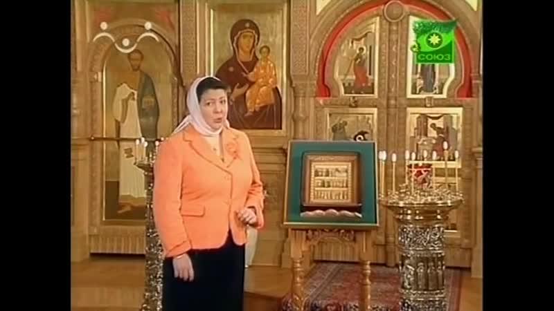 Воскресенье в храме с детьми Иконы в киоте на аналое и другие предметы в храме