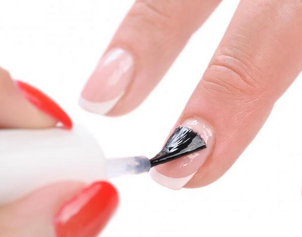 Праймер для ногтей полирует, чтобы искусственные ногти служили дольше.