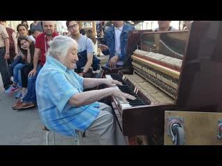 Бабуля классно играет на пианино👍👏