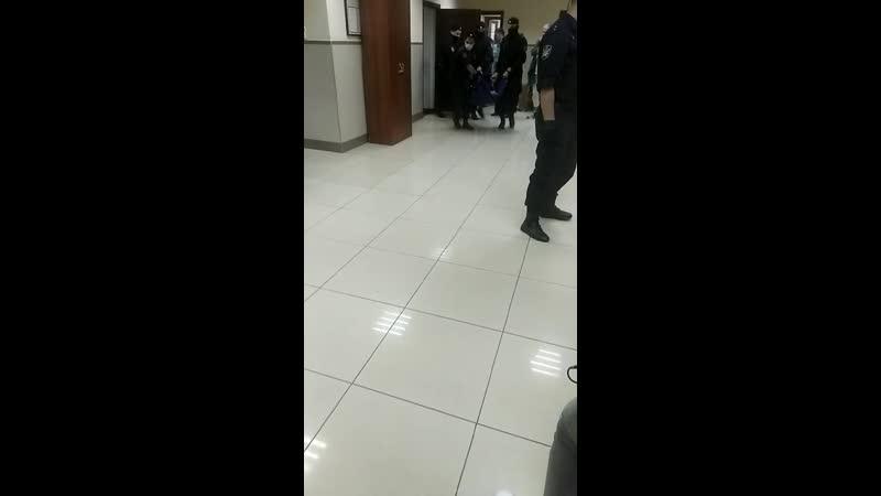 Ефремова выносят на носилках из здания суда