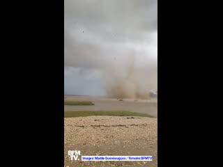 Экстремально близкая съёмка торнадо в Пор-де-Барк (Франция, Пуату-Шаранта, 23 сентября 2020).