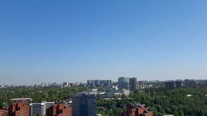 Вертолёт приземляется на вертолетную площадку Центра им Алмазова
