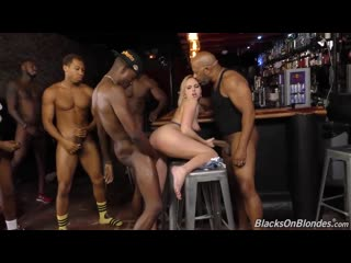 Официантку блондинку Kate England выебала толпа негров в анал жопу попу раздвинула ноги булки дала за чаевые деньги порно секс 2