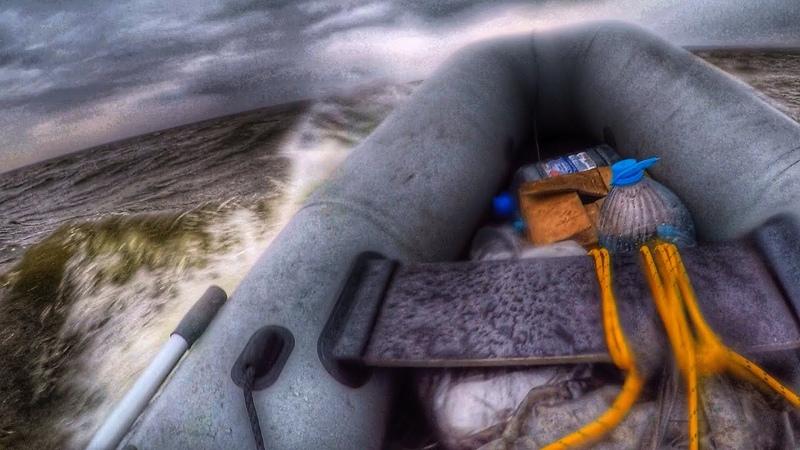 Неспокойные воды водохранилища Ночёвка на острове без палатки ПВХ лодка против большой волны
