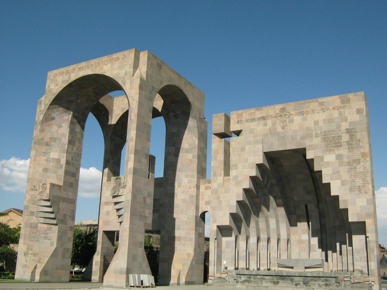 Монументальные главные ворота в храм Эчмиадзин