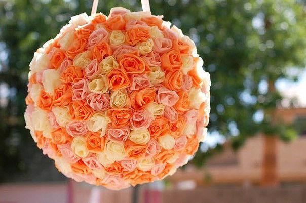 Цветочный шар для декора. Вам понадобится шарик из пенопласта, папиросная бумага, ножницы, степлер. Нарежьте полоски шириной 10 см и длиной 25 смСложите полоску пополам, чтобы у вас получилась