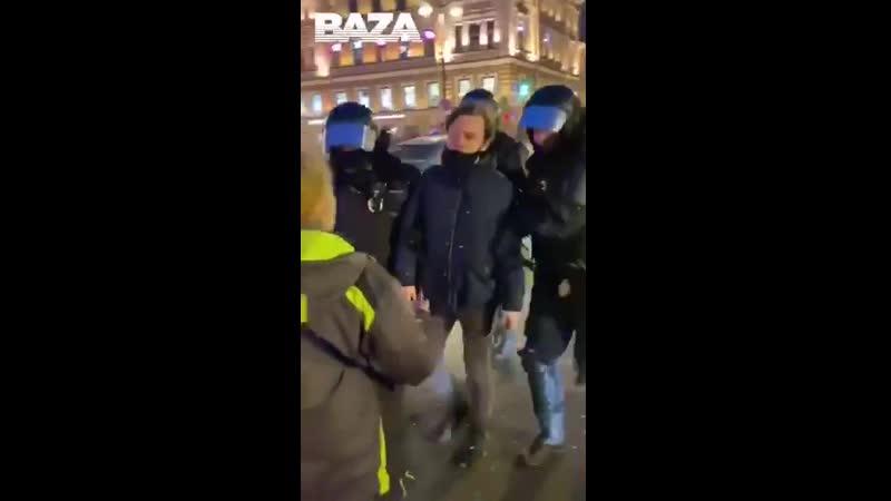 Дура пытается помешать сотрудникам вести задержанного
