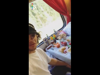 Панарин роскошно едет в Коркино: заварил в поезде доширак, сделал бутерброды с колбасой и достал огурцы с редиской