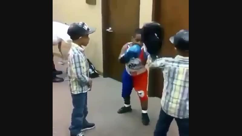 🎬Маленькие братья близнецы с детства на тренерском поприще🥊