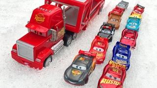 Тачки Молния Маккуин и Мак Автовоз по Снегу везет Машинки