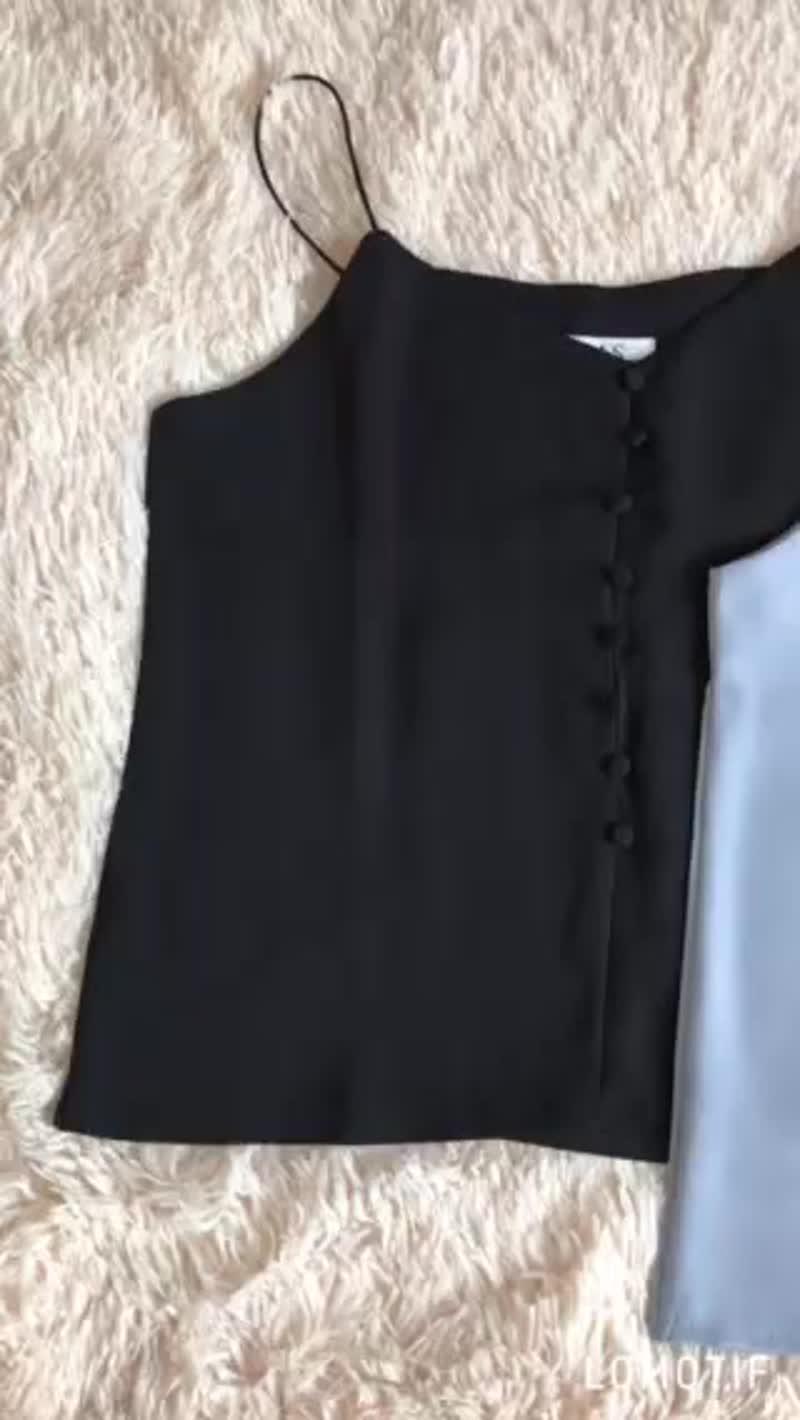 Майки на пуговках❤️Цвет: чёрный,белый,персик,голубойТкань: креп шёлк Длина без бретелек 42смЦена  345 грнСсылочка на insta
