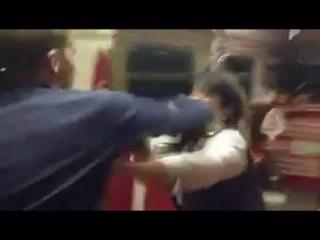 Сотрудники РЖД избивают пассажиров. Жестокая драка. Беспредел
