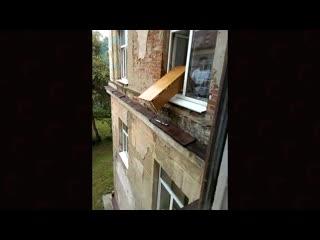 школьники выбрасывают парту из окна