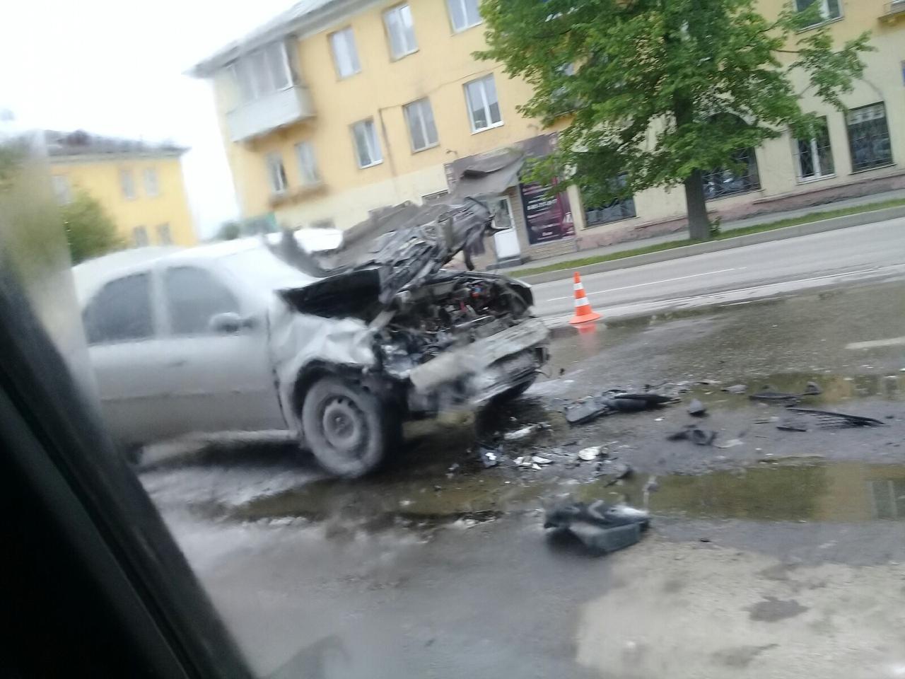 gvvztEWQ 6I - В Белово столкнулись городской автобус и легковой автомобиль. Авария произошла