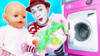 ¡La hora de la ducha de la muñeca bebé! Vídeos de niñas con juguetes en español
