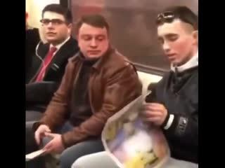 чел на алилуичах занял место в метро