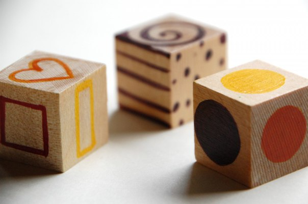 РИСОВАЛЬНЫЕ КУБИКИ Игры с рисовальными кубиками прекрасный способ дать ребенку творческий импульс и побудить его рисовать. Бросая кубик, мы всякий раз получаем возможность расширить свой