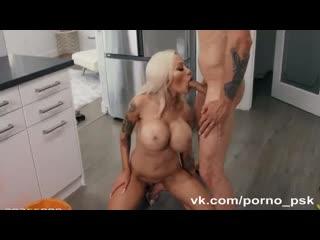 Блондинка с большими силиконовыми сиськами трахается на кухне с братом мужа (порно, инцест, секс, ебля, отсос, сосет, шлюха