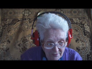 Бабуля обьясняет как нужно играть в кс