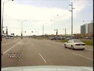 Полицейский остановил движение - чтобы пропустить семью уток