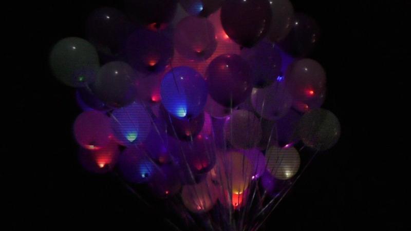 Повітряні кульки з діодами світяться у темряві