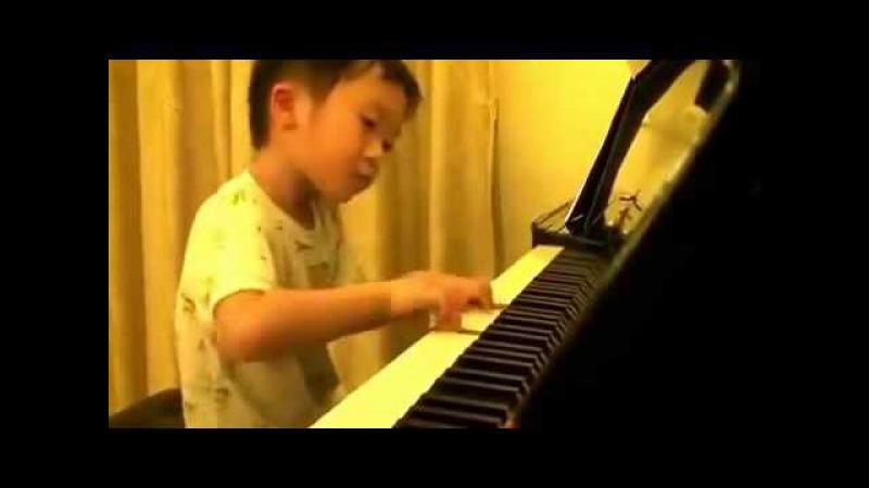 Китайский мальчик виртуозно играет на фортепиано.