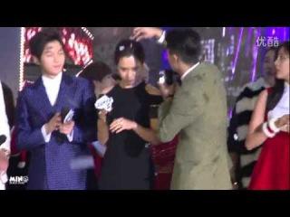 [FANCAM] 141221 Mino removing confetti from Song Jihyo's head