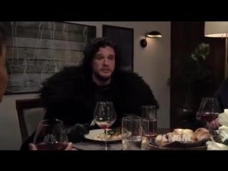 Джон Сноу на званом ужине у Сета Майерса