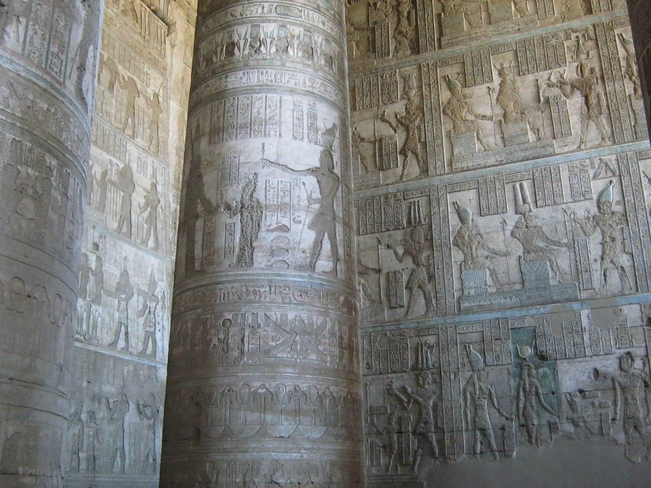 первый зал древнего храма Дендера близ города Кена.
