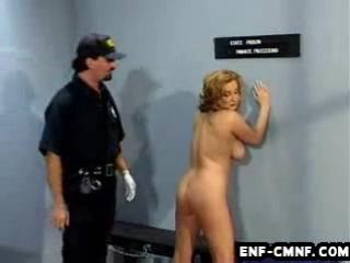 WiP-CMNF-видео  зрелую заключённую раздевает и осматривает тюремщик