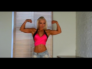 Фитнесняша beautiful fitness girl with huge boobs flexing her muscles