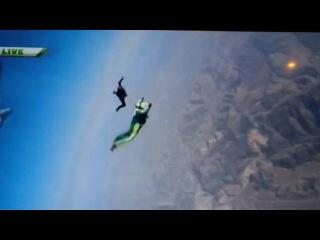 Американец Люк Айкинс прыгнул без парашюта с 7500 метров и приземлился на специальную сетку