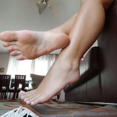 Под столом подсмотр за женскими ножками, видео порно оргазм на телефон