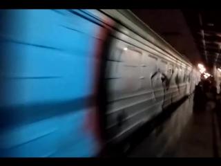Вандалы сорвали стоп-кран и разрисовали электричку в Киеве