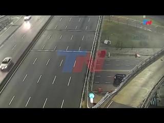 El momento en el que el auto que iba a 170 km-h voló por la autopista
