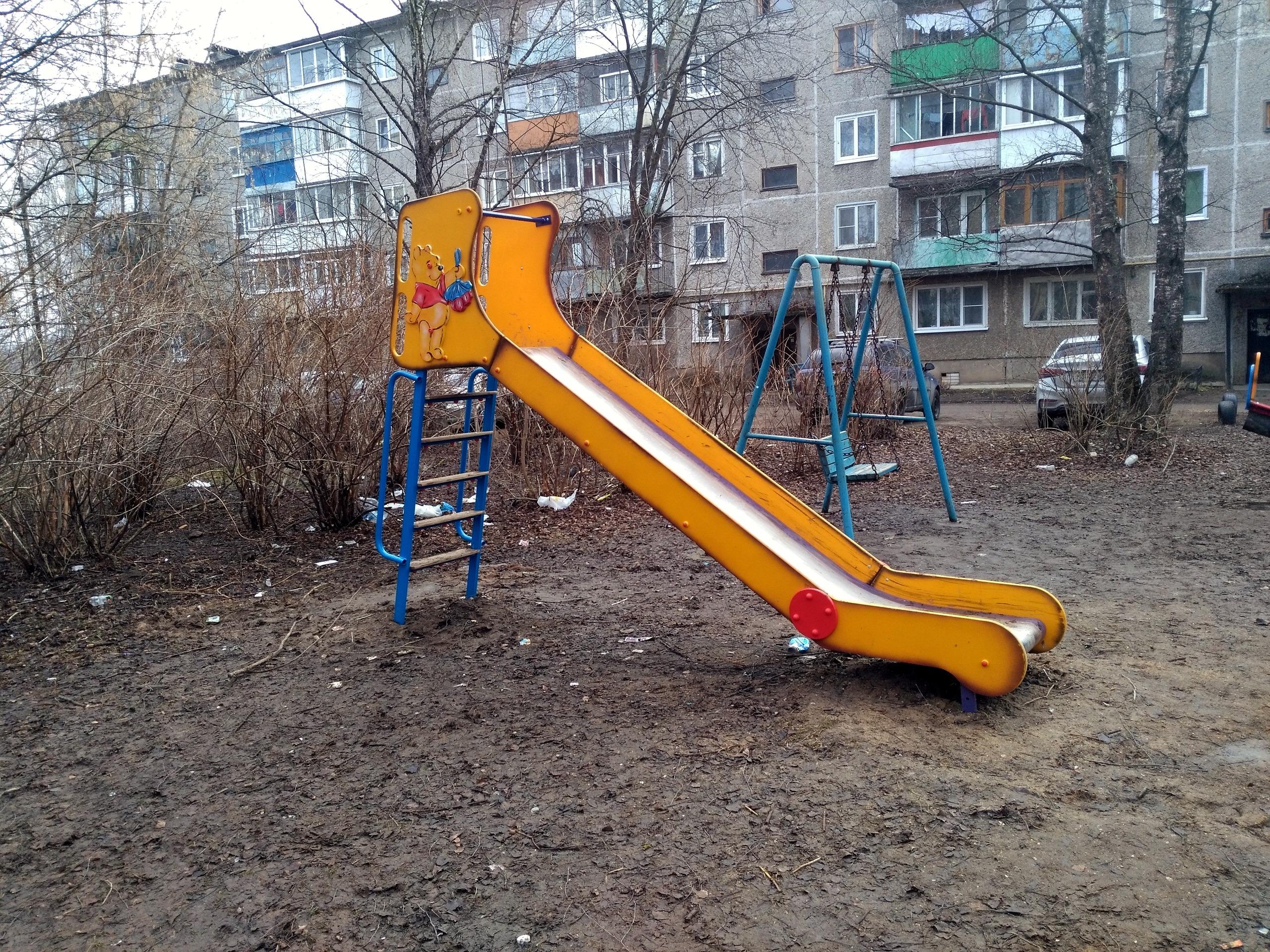 Так выглядят детские площадки в парках Бежецка, где в администрации руководят казнокрады.