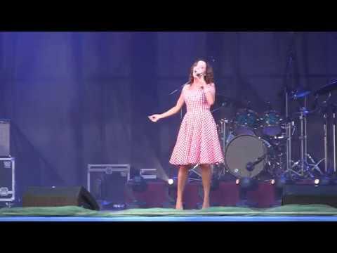 Галина Безрук Выступление на открытии стадиона Блюминг г Краматорск 2015 г