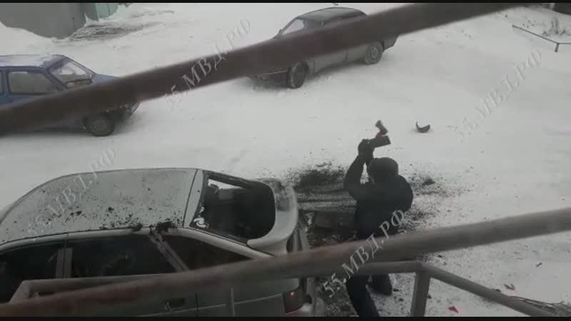 Момент повреждения автомобиля топором в Новоомском