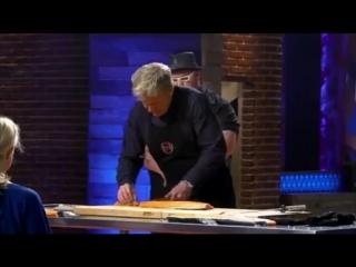 Гордон Рамзи разделывает рыбу