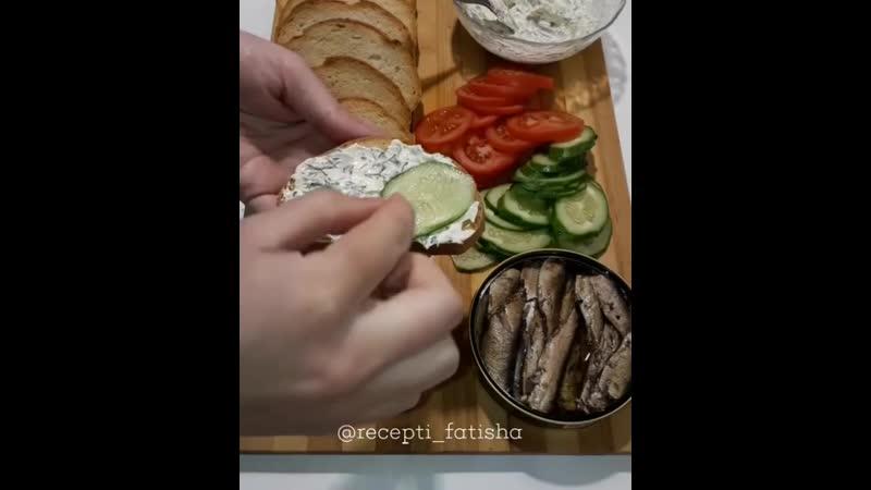 Бутерброды со шпротами на жареном хлебе с чесноком(описание под видео).720p