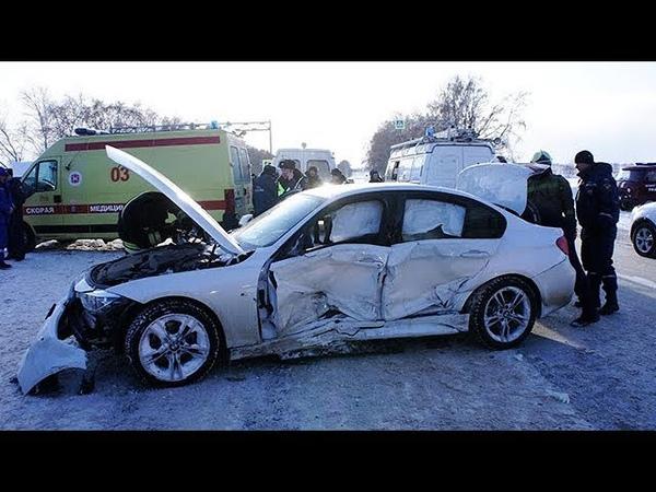 В Уфе после ДТП спасатели извлекли из искореженного авто женщину