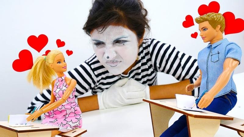Barbie okulunda aşk var! Komik çocuk videosu. Barbie kuklaları ve palyaço