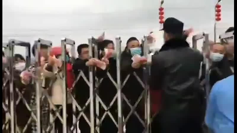 В Китае народ выстроился перед заводом по производству защитных масок раскупают сразу