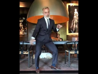 Танцующий миллионер исполнил новый танец