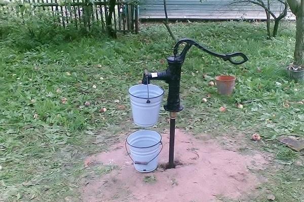 Ручной водяной насос использует мощность всасывания для подачи воды из подземного колодца.