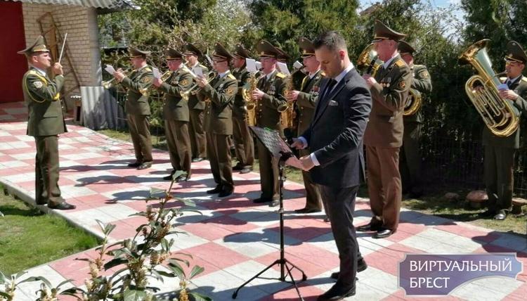 Оригинальный формат поздравления ветеранов с Днём Победы выбрали в Бресте