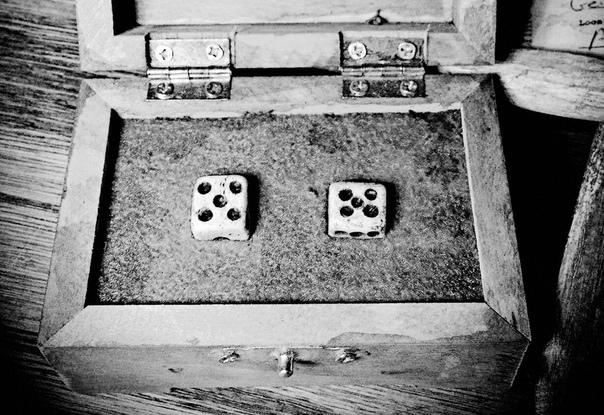 Игральные кубики из человеческих костей, найденные при обыске в доме Эда Гейна.