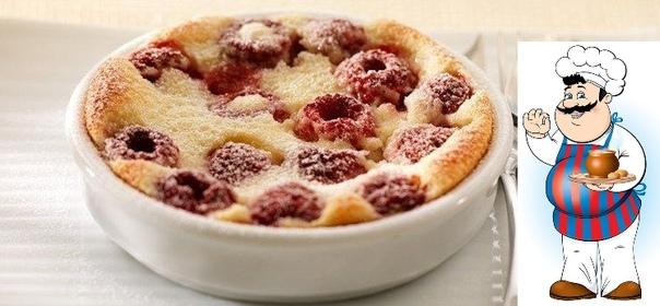 Легкая ягодная запеканка Калорийность на 100 г: 94 ккал. Количество порций: 3-4 шт. Ингредиенты: Творог обезжиренный 300 г Крупа манная 70 г Ягоды свежие или замороженные (вишня, клубника,